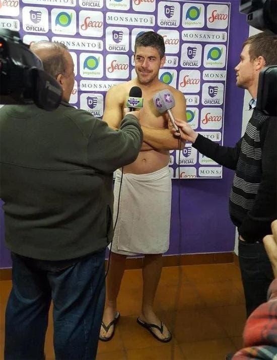 Un entrenador brinda desnudo conferencia de prensa para cumplir una promesa