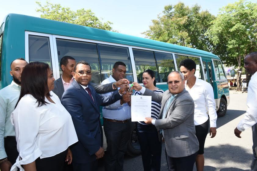 Donan cuatro autobuses a estudiantes San Cristóbal y Puerto Plata