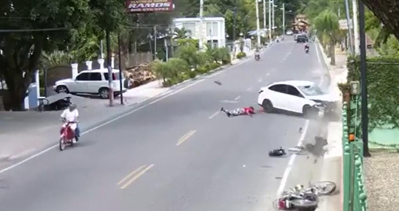 Video: Pasajero sale «volando» tras motor chocar contra carro en Tamboril