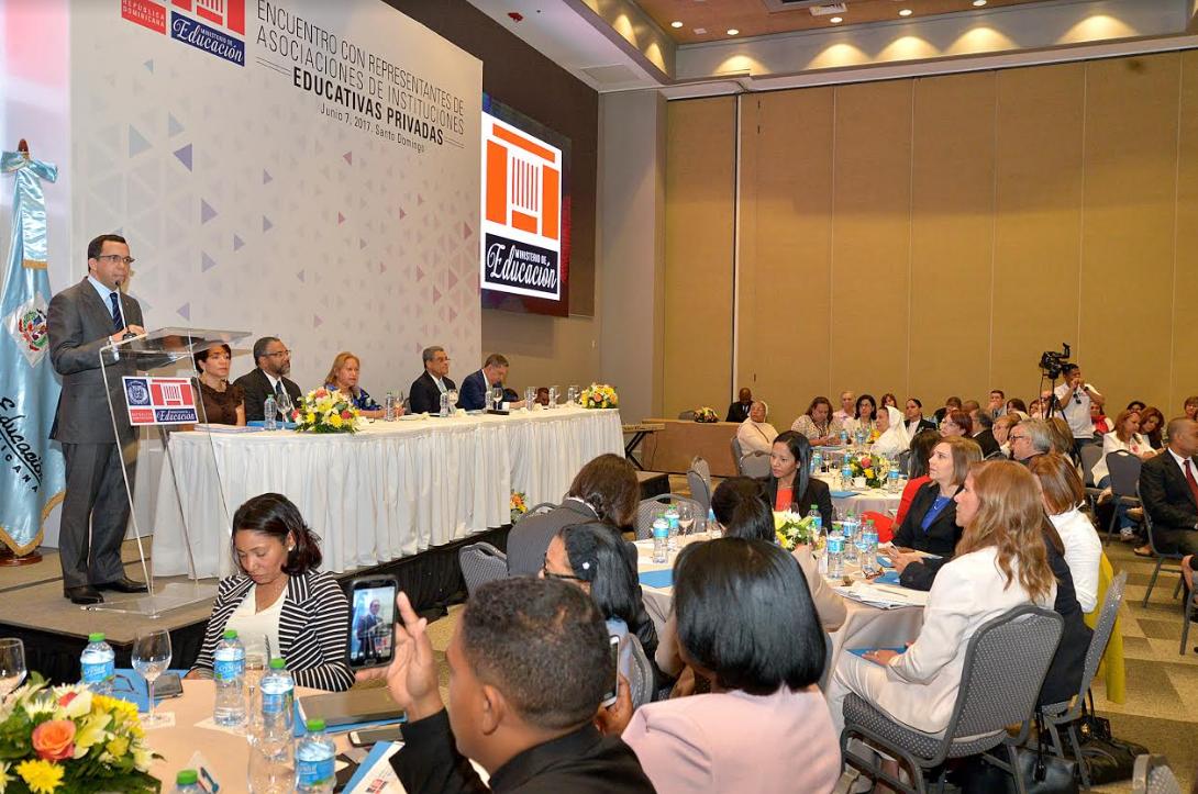 Andrés Navarro propone alianza estratégica con colegios privados para la calidad educativa