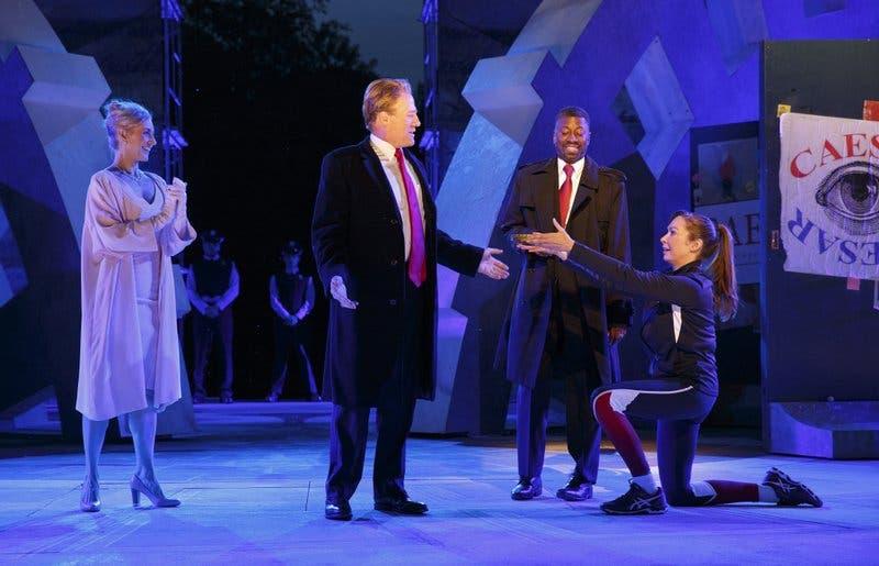 Obra teatral que compara a Trump y César pierde patrocinios