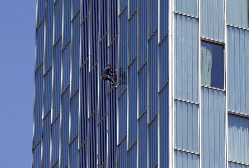 """Hombre araña francés"" escala hotel de 29 pisos"