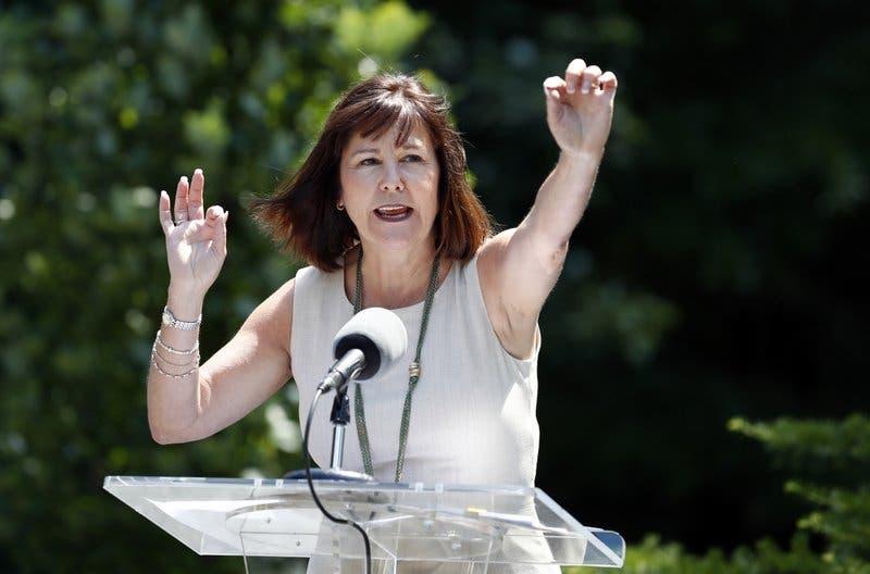 Karen Pence instala colmena en residencia oficial
