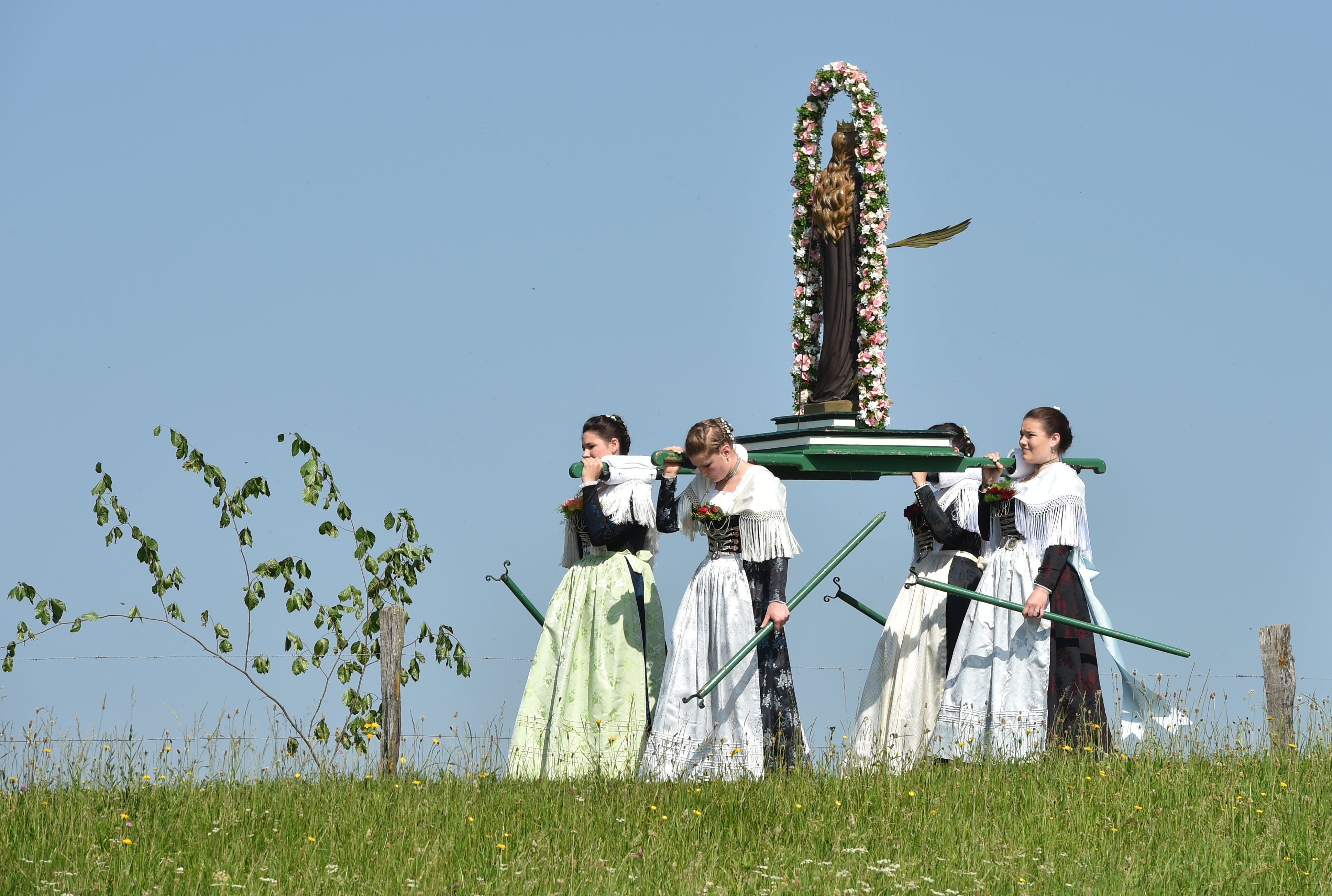 procesión tradicional de Corpus Christi cerca de la aldea de Wackersberg, el sur de Alemania