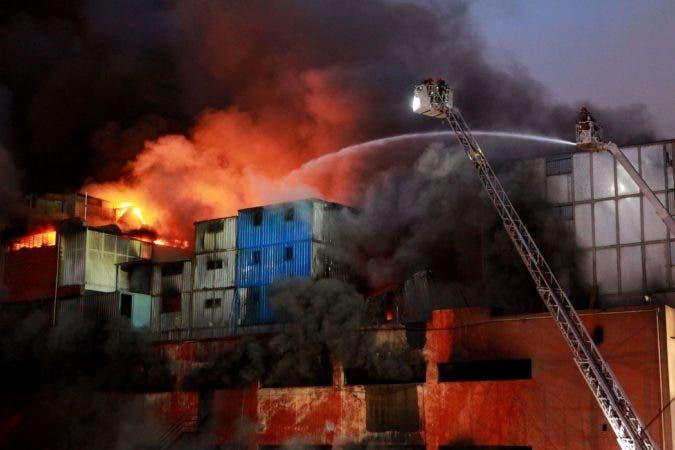 Un portavoz de los bomberos informó a Efe que tres voluntarios resultaron heridos durante las operaciones. AFP.