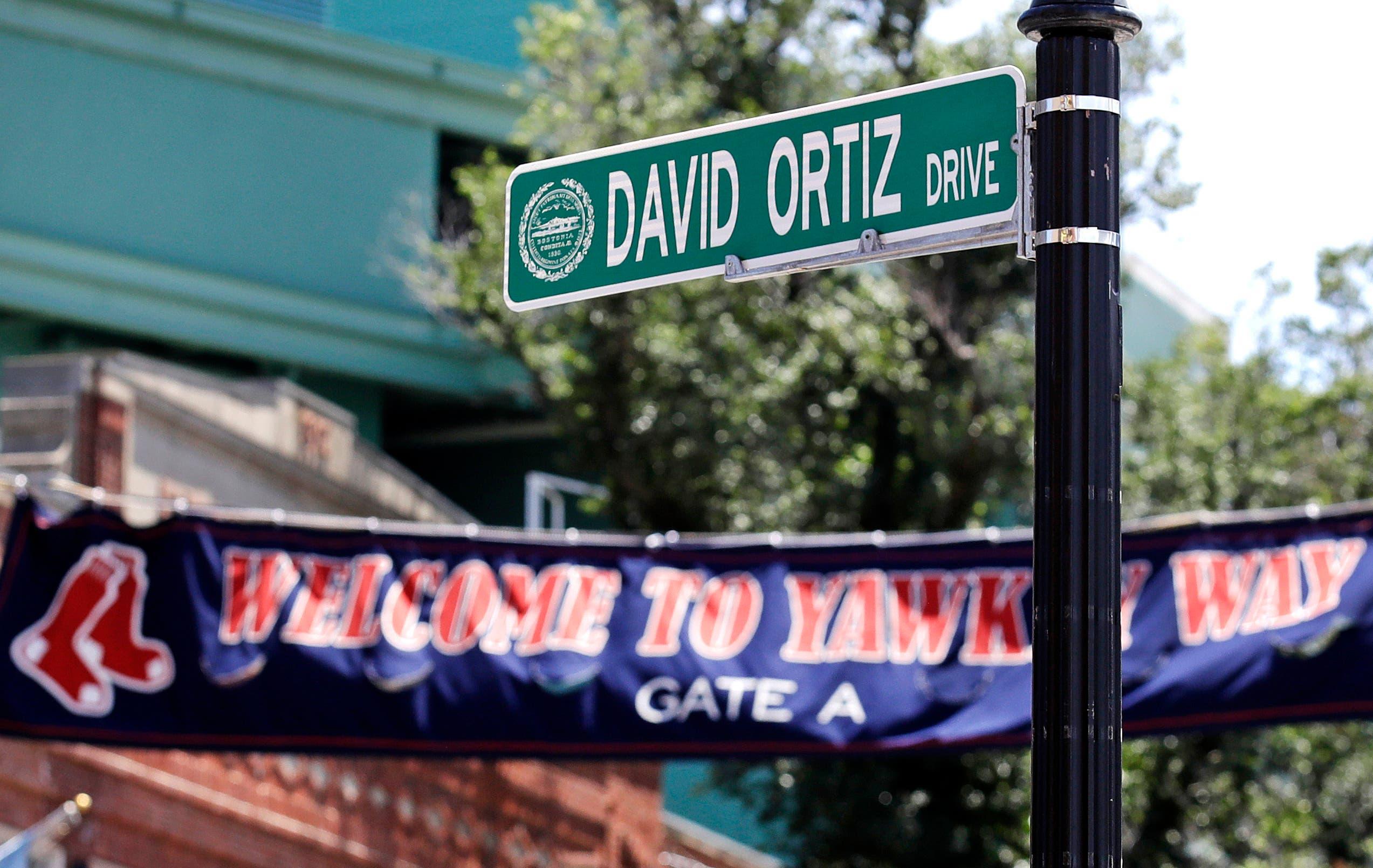 """La nueva señal de la calle """"David Ortiz Drive"""" se encuentra fuera de Fenway Park"""