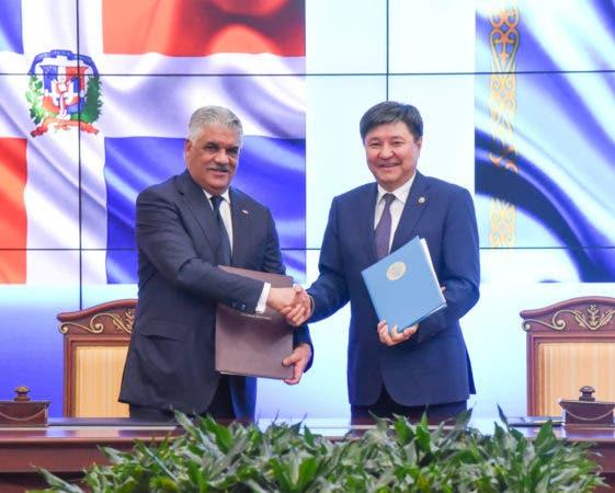 Canciller Miguel Vargas y el Fiscal General kazako, Zhakip Assanov.