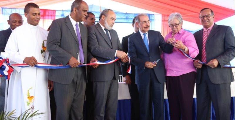 Presidente corta la cinta para dejar inaugurado el hospital/Foto: PresidenciaRD