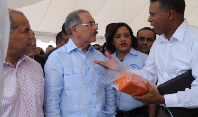 Presiente Medina entrega 4 millones a ganaderos de Azua