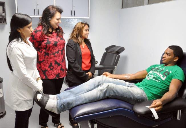 La directora provincial de Salud, Santiago III, doctora Venecia Quiñones, junto a otras funcionarias de Salud, conversa con un donante de sangre en el Hospital José María Cabral y Báez, de Santiago.