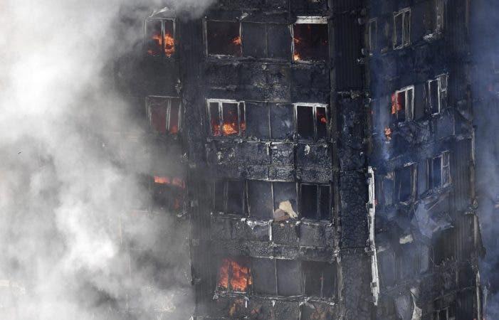 Primera ministra británica ordena investigar incendio de edificio en Londres