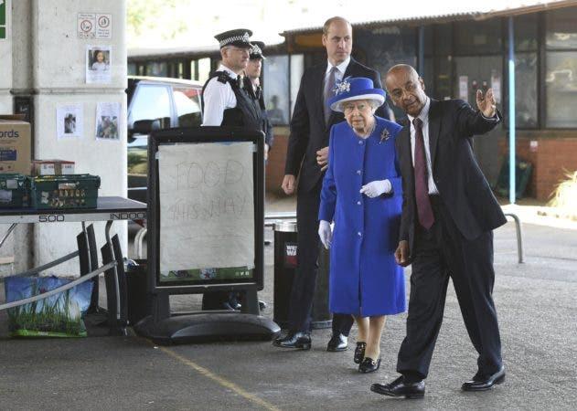La reina Isabel II visita el barrio londinense donde se quemó una torre residencial