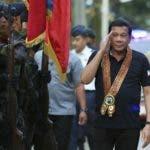 """FR01 DÁVAO (FILIPINAS) 30/06/2017.- El presidente filipino, Rodrigo Duterte (d), saluda a unos soldados durante una visita al cuartel general de policía en Dávao (Filipinas), ayer 29 de junio de 2017. Duterte cumple hoy un año como presidente de Filipinas con nuevas estadísticas que muestran el amplio respaldo a su gestión, pero también entre fuertes protestas por los más de 7.000 muertos de su """"guerra antidroga"""" y la ley marcial en Mindanao. EFE/División Presidencial De Fotógrafos FOTO CEDIDA/SOLO USO EDITORIAL/PROHIBIDA SU VENTA"""
