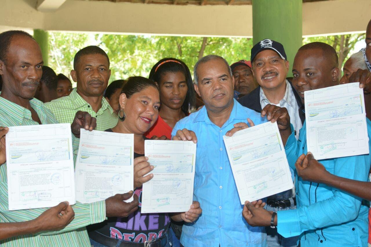 El FEDA entrega 14 millones de pesos a productores de Enriquillo