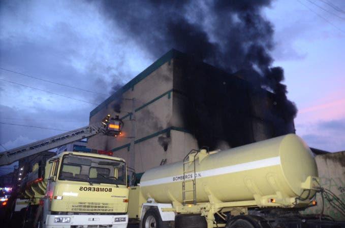 Incendio afecta  almacén del Hiper Uno