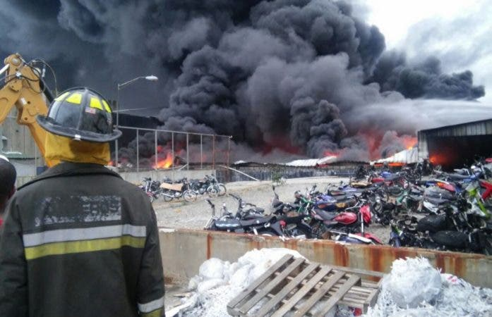 Bomberos luchan por sofocar incendio próximo a la Refinería de Petróleo