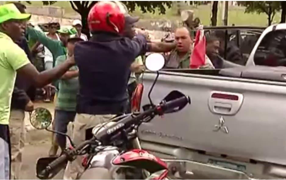 Video: Miembro J2 encañona ex teniente coronel participaba en Marcha Verde
