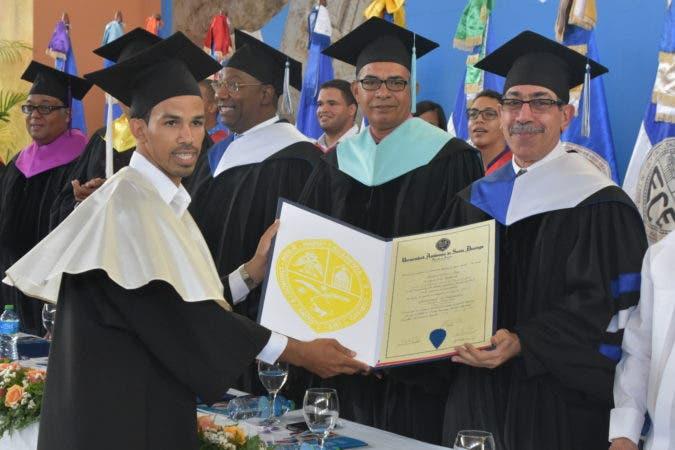 El doctor Jorge Asjana David dijo que la graduación efectuada ayer aquí, donde fueron investidos 281 nuevos profesionales, así como otros 82 egresados de posgrado, es un buen ejemplo de esa labor.