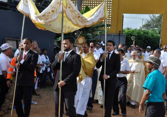 El arzobispo metropolitano de Santiago, monseñor Freddy Bretón, pronuncia la homilía en la misa de Corpus Christi, ante miles de files en el estadio Cibao, de Santiago.