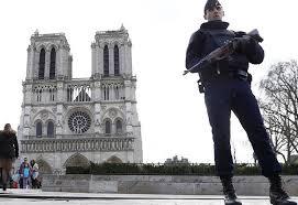 Policía dispara a un hombre que intentó agredirle en Notre Dame de París