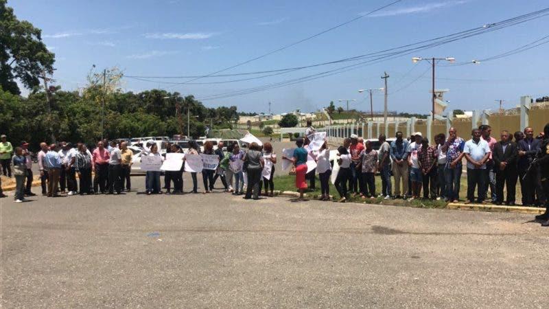 Personas en Najayo muestran apoyo a los imputados.