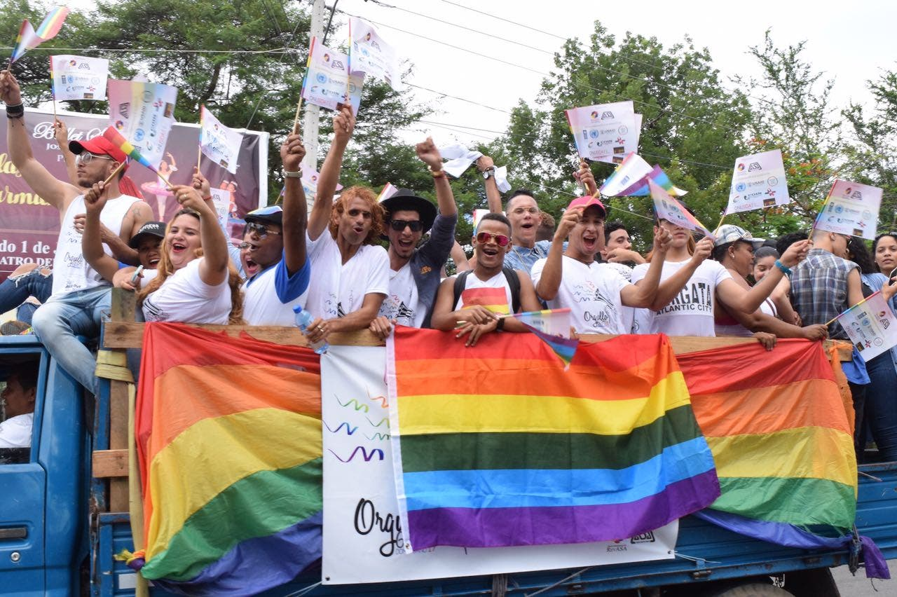 Celebran caravana del orgullo GLBT en Santiago