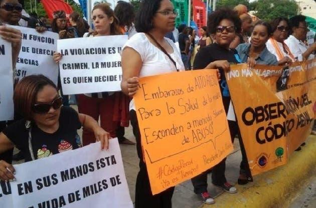 Feministas protestan en el Congreso contra el Código Penal
