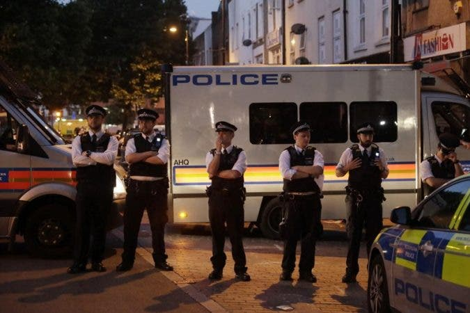 Los testigos dijeron haber visto a la policía hacer un masaje cardiaco de emergencia a al menos uno de los heridos.