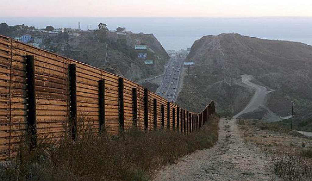 Cámara baja de EEUU aprueba dinero para el muro fronterizo