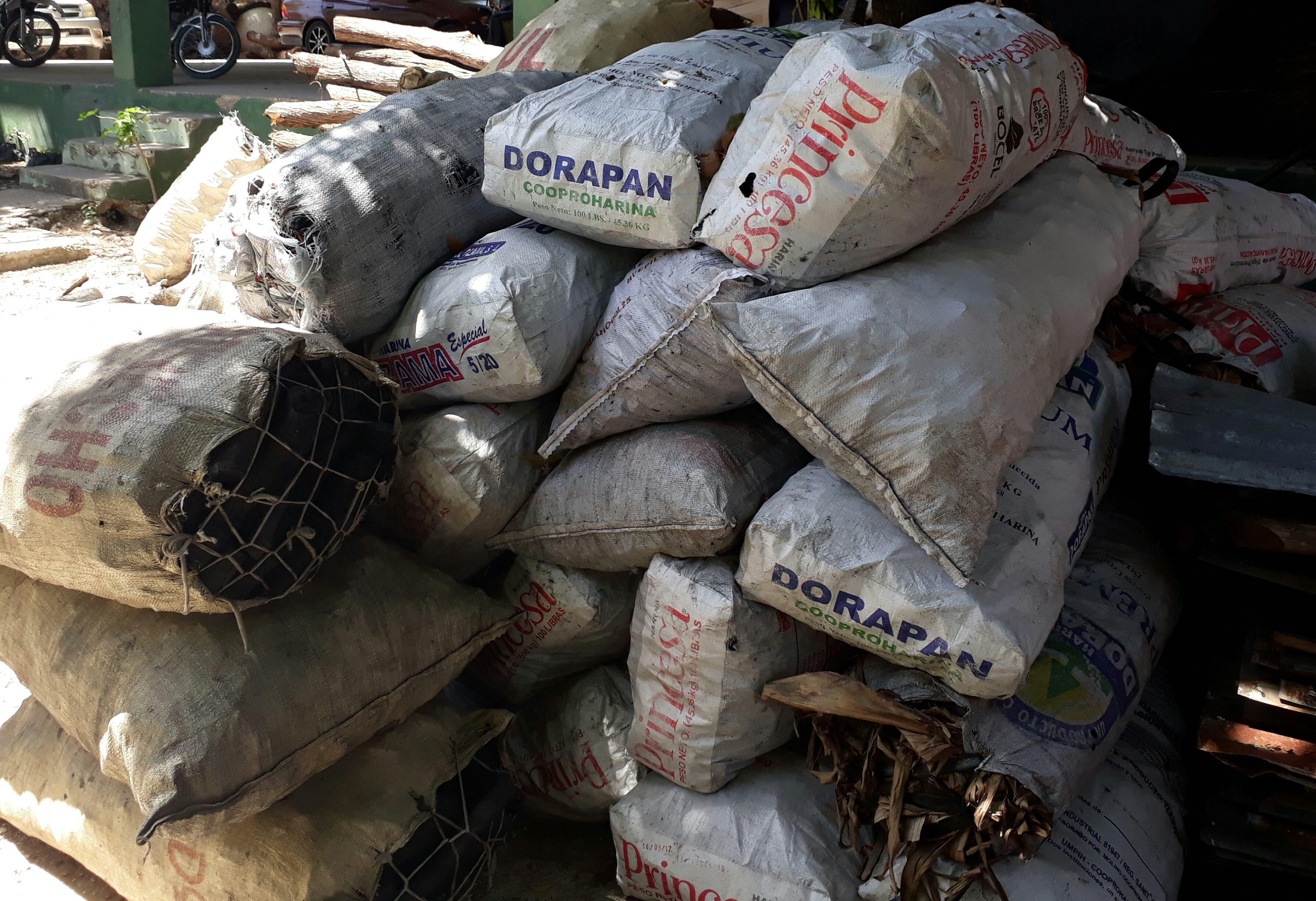 Decomisan 60 sacos de carbón vegetal y destruyen hornos y apresan 10 haitianos en Barahona