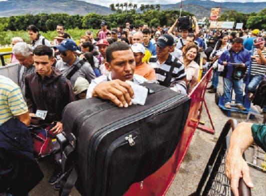 Venezolanos cruzan en masa a Colombia atemorizados por lo que puede ocurrir