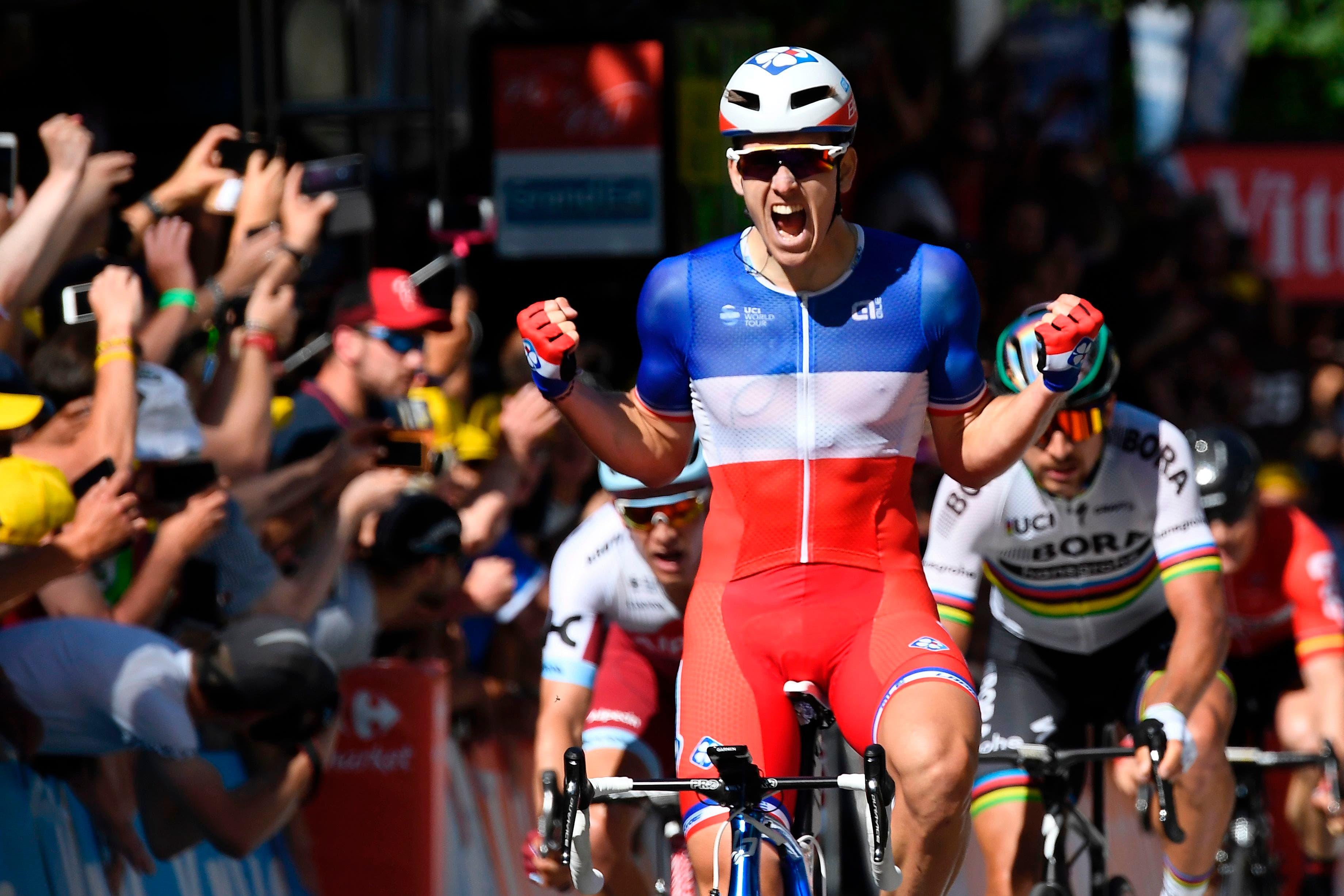 El francés Arnaud Demare festeja al cruzar la línea de meta frente al eslovaco Peter Sagan (R) y al noruego Alexander Kristoff (L) al final de la cuarta etapa del Tour de Francia