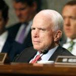 """ARCHIVO - En esta fotografía de archivo del 11 de julio de 2017, el presidente de la Comisión de Servicios Armados del Senado, el republicano John MCain, de Arizona, presta atención a los discursos durante la audiencia de confirmación del prospecto a secretario de la Armada, Richard Spencer, en el Capitolio en Washington. Médicos de la Clínica Mayo dijeron el sábado 15 de julio, que McCain fue sometido a una cirugía """"mínimamente invasiva"""" para retirarle un coágulo de sangre de casi cinco centímetros (dos pulgadas) que tenía en la parte superior del ojo izquierdo y que la operación fue """"muy satisfactoria"""". (AP Foto/Jacquelyn Martin, Archivo)"""