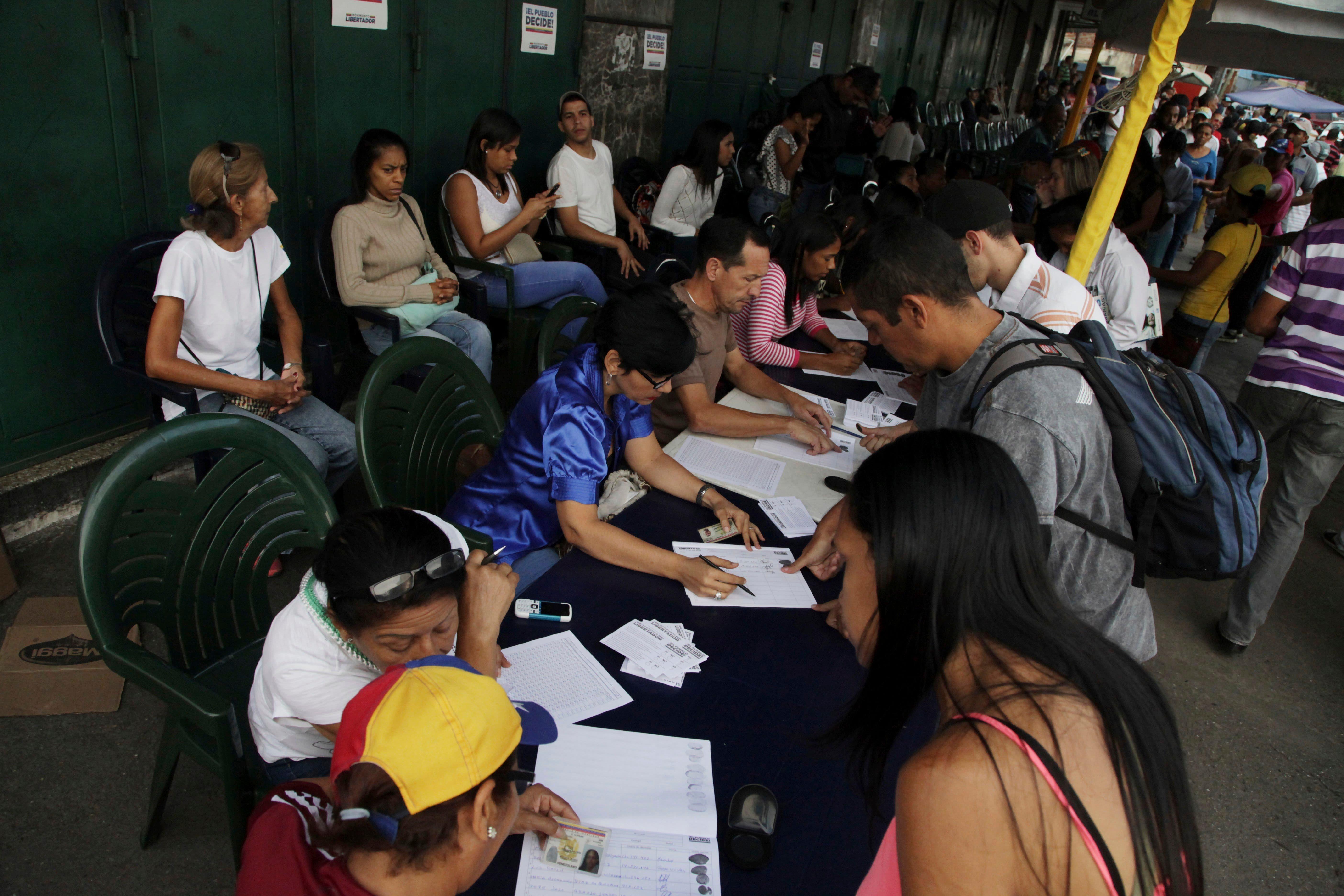 Oposición venezolana afirma que participación en referendo supera lo esperado