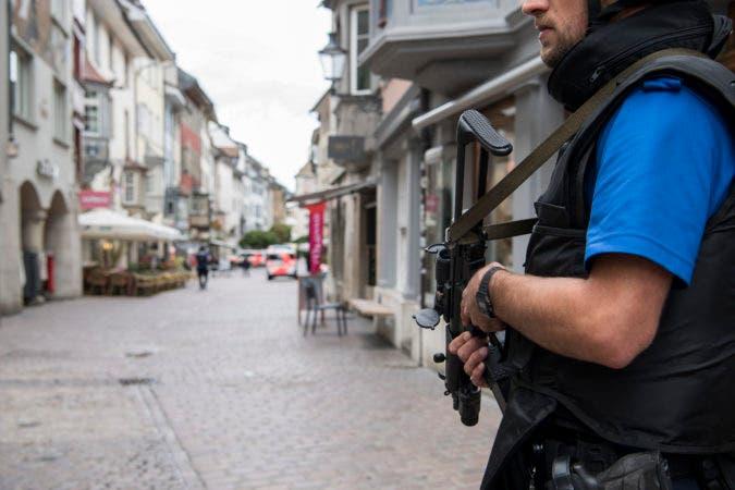 Policías cortando el centro histórico de Schaffhausen, en Suiza, mientras buscan a un hombre desconocido que atacó a la gente, el lunes 24 de julio de  2017. (Ennio Leanza/Keystone via AP)