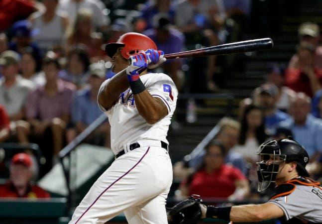 Adrián Beltré de los Rangers de Texas al conectar un doble ante los Marlins de Miami, el miércoles 26 de julio de 2017. (AP Foto/Tony Gutierrez)