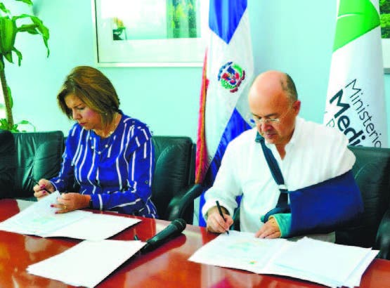 Belén Pou y Francisco Domínguez Brito firman acuerdo