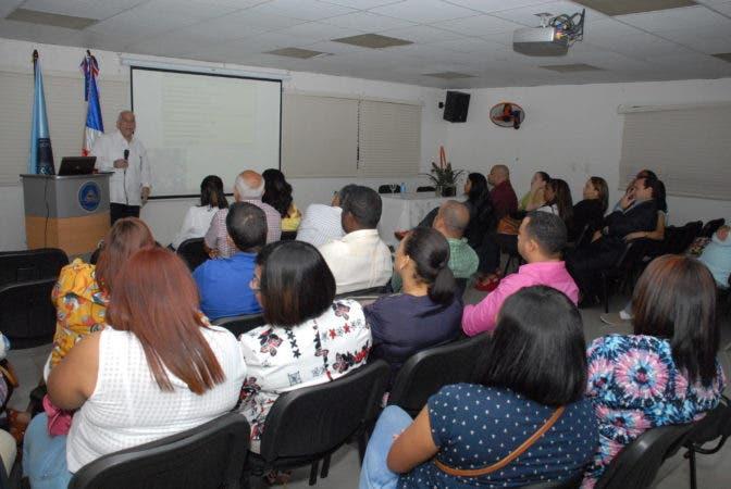 El doctor Rafael Jhonson, director clínico de la Fundación Fénix, durante la conferencia que dictó en la Sociedad Dominicana de Anestesiología sobre fármaco dependencia en la anestesiología, dirigida a especialistas del área como parte de un programa de formación que inició la entidad.