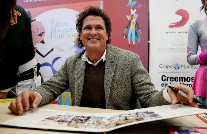 BOG201. BOGOTÁ (COLOMBIA), 05/07/2017.- Fotografía de archivo del 27 de abril de 2017 del cantante colombiano Carlos Vives (c) durante una visita a la Feria Internacional del Libro de Bogotá (Colombia). El cantautor colombiano Carlos Vives entrará en el Salón de la Fama de los Compositores Latinos el próximo mes de octubre en coincidencia con la gala de los premios La Musa 2017, en la que recibirá además el galardón Icon. EFE/LEONARDO MUÑOZ/ARCHIVO