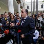 El presidente de la Asamblea Nacional, el diputado Julio Borges (c), ofrece declaraciones a la prensa hoy.