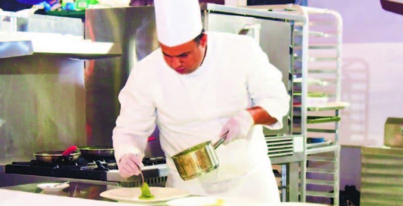 El chef Edgar Severino es egresado de Cookers Professional, Instituto Culinario Dominicano, A y B Masters.