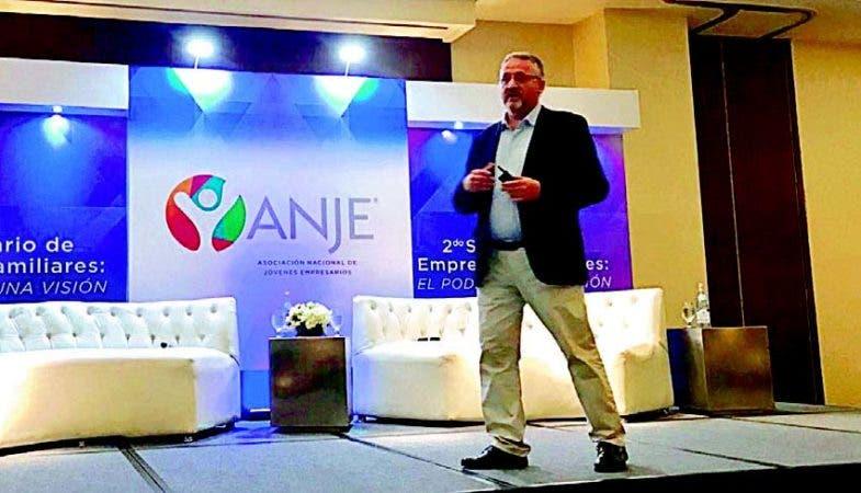 El conferencista internacional, Ferrán Fisas, durante su exposición en el seminario de ANJE.