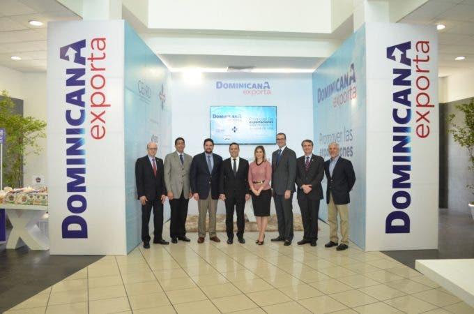 El director ejecutivo del CEI-RD, Luis Henry Molina y directivos de ADOEXPO.
