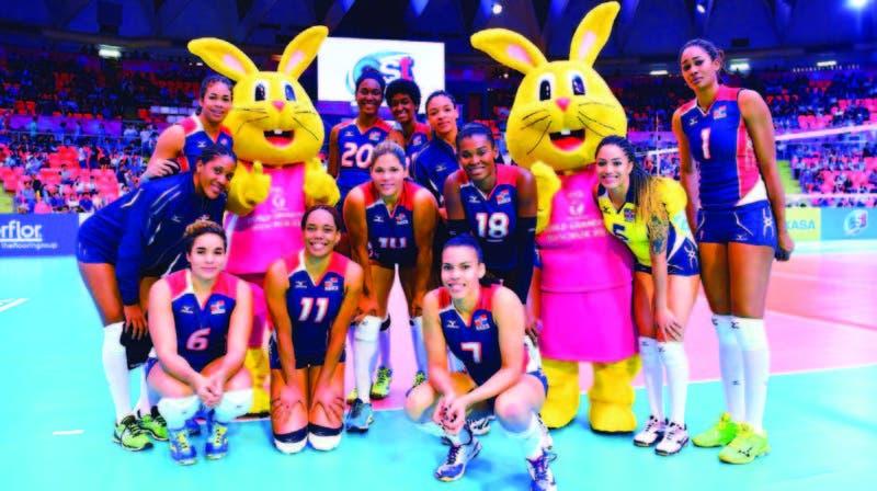 """El equipo nacional de voleibol femenino compartió ayer con las """"masco tas"""" del Grand Prix en Tailandia"""