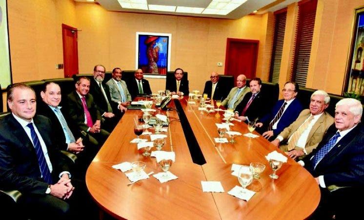 El gobernador del Banco Central, Héctor Valdez Albizu, encabeza reunión con directivos LIDAAPI