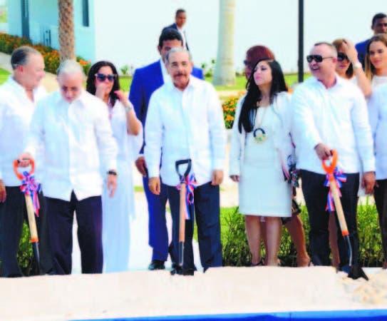 El presidente Danilo Medina al centro, dio el primer picazo