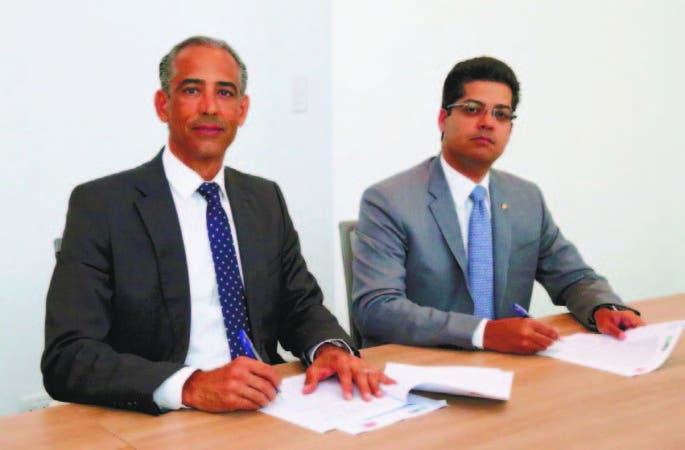 El presidente de la SEC, Demetrio Almonte y el presidente de Ecored, Rafael Izq u i e rd o.