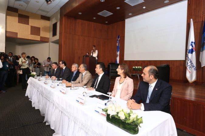 Funcionarios y representantes del empresariado en la mesa central.