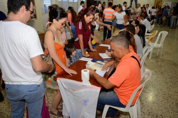 Venezolanos en República Dominicana votaron hoy en el país en la consulta promovida por la oposición de Venezuela para rechazar el proceso Constituyente que promueve el Gobierno de Nicolás Maduro. En foto: Centro Claret, uno de los lugares de votación. 16-07-17 Foto: José Adames Arias