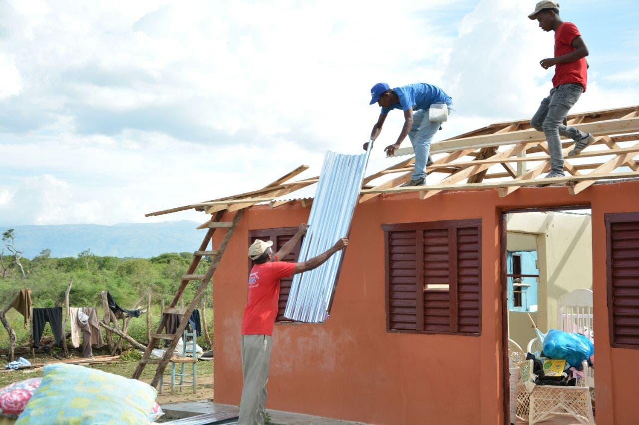 Familias que perdieron sus casas a causa de tornado en Las Matas de Farfán reciben ayuda del INVI